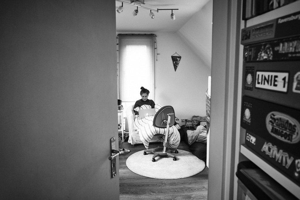 Corona Diary: Wir, das sind Bertram der Fotograf, Katja (52) Janne (17) unsere gemeinsame Tochter und Paul (24), der Sohn aus Katjas erster Ehe und zwei Pudel leben seit dem 18. März zusammen in unserer Hamburger Vierzimmerwohnung. Paul studiert Architek